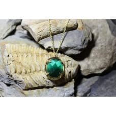 Fio com berloque dourado com pedra verde oval